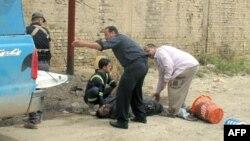 Ekipet e shpëtimit e ndihmojnë një viktimë pas një sulmi me predha në Ramadi të Irakut