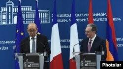 Ֆրանսիայի արտգործնախարար Ժան-Իվ Լը Դրիանը (ձ) և Հայաստանի արտգործնախարար Զոհրապ Մնացականյանը: