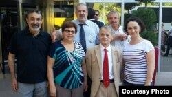 Урие Курташирова — делегат из Казахстана на Всемирный конгресс крымских татар (справа), Мустафа Джемилев, лидер крымских татар (третий справа). Анкара, 3 августа 2015 года.
