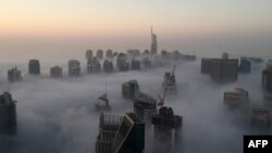 Панорама хмарочосів Дубаї в ранковому тумані, ілюстративне фото