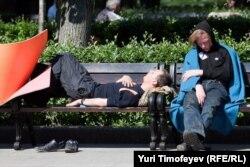 """Лагерь оппозиционных активистов на станции """"Баррикадная"""", Кудринская площадь, Москва. 17 мая 2012 года."""