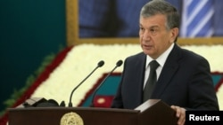 Шавкат Мирзияев, премьер-министр Узбекистана, выступает на церемонии прощания с первым президентом страны Исламом Каримовым. Самарканд, 3 сентября 2016 года.