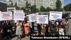 Биринчи май райондук сотунун алды. Алмазбек Атамбаевге каршы чыккандардын митинги. 1-июнь, 2020-жыл.