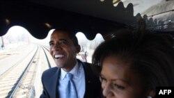 АКШ -- Жаңы президент Барак Обама үй-бүлөсү менен Вашингтонго келди.