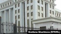У здания генеральной прокуратуры в Астане.