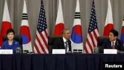 АҚШ президенті Барак Обама (ортада) мен Оңтүстік Корея президенті Пак Кын Хе (сол жақта) және Жапония премьер-министрі Синдзо Абэ ядролық саммитте отыр. Вашингтон, 31 наурыз 2016 жыл.