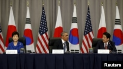 Президент США Барак Обама (в центре), президент Южной Корей Пак Кын Хе, (слева) и премьер-министр Японии Синдзо Абэ на ядерном саммите. Вашингтон, 31 марта 2016 года.