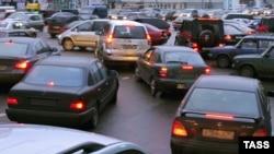 Среди средств, призванных ликвидировать пробки, чаще всего называют плату за въезд в центр города, строительство «перехватывающих парковок»