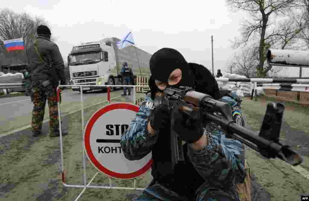 Між материковою Україною і півостровом були виставлені блокпости. Колишній співробітник «Беркуту», озброєний автоматом Калашникова, стоїть неподалік від міста Армянск. 28 лютого 2014 року