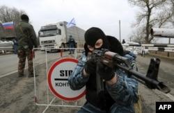 Вооруженный сотрудник милиции в маске на КПП рядом с городом Армянск. 28 февраля 2014 года.