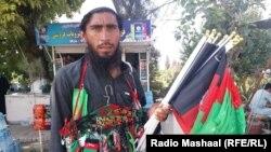 Афганець продає прапори Афганістану до Дня незалежності. Серпень 2019 року