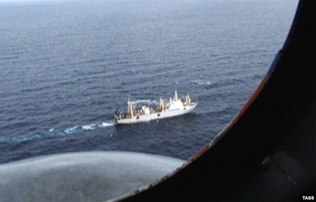 """Спасательная операция на месте крушения большого автономного морозильного траулера (БАТМ) """"Дальний Восток"""" в акватории Охотского моря"""