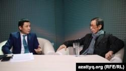 Кинорежиссер Сатыбалды Нарымбетов (справа) в студии AzattyqLIVE.