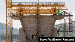 Работници на градилиште на мостот на автопатот Бар-Боjаре во Црна Гора, 11.06.2018 година.