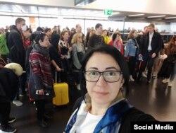 Афина перед долгожданной посадкой на рейс. Фото: личная страница в фейсбуке