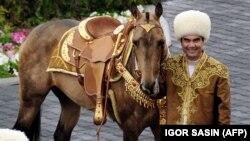 Türkmenistanyň prezidenti Gurbanguly Berdimuhamedow. Birnäçe hepdeläp köpçülige görünmänsoň, onuň keseli hem ölümi barada gep-gürrüňler ýaýrady.