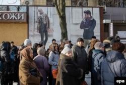 """Раздача """"гуманитарки"""" от Рината Ахметова, Донецк, 15 января 2015 года"""