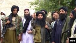 د تحریک طالبان پاکستان مشر ملافضل الله د خپلو ملګرو سره په یو نامعلوم ځای کې