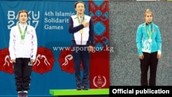 Награждение медалисток соренований по женской борьбе. На высшей ступени пьедестала - Айсулуу Тыныбекова.