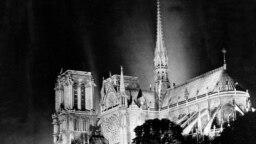 """<p><a href=""""https://www.radiofarda.com/a/donors-pledge-over-700-mln-euros-rebuild-notre-dame-cathedral/29884588.html"""" target=""""_blank"""">آتشسوزی در کلیسای نوتردام</a> در غروب روز دوشنبه ۲۶ فروردین آغاز شد. واقعهای که خیلی زود جای خود را در صدر خبرهای رسانههای جهانی پیدا کرد. تصور میرود آغاز حریق به طرح گسترده مرمت آن مربوط میشود.</p>"""