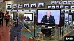 Деятельности президента, а по совместительству единоличного лидера списка партии «Единая Россия» телеканалы уделяют больше 95% от всего новостного вещания