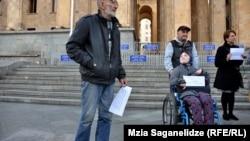 Собравшиеся сегодня днем у парламента правозащитники, родители детей с ограниченными возможностями и солидарные с ними граждане заявили, что не желают больше видеть депутата Топадзе в парламенте