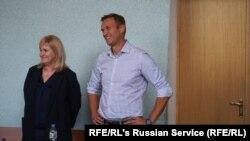 Навальний маҳкаманинг янги ҳукмини кинояли табассум билан қарши олди.