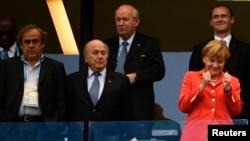 ФУТБОЛ ҺӘМ СӘЯСӘТ. Уңнан: Германия канцлеры Ангела Меркель, FIFA президенты Зепп Блаттер, UEFA президенты Мишель Платини Германия-Португалия уенында