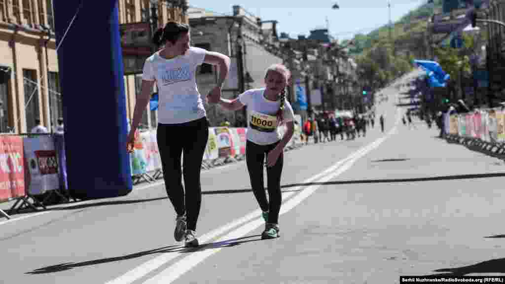 Дівчинка, хвора на ДЦП, взяла участь у дитячому забігу на 1000 метрів, чим викликала шквал підтримки з боку глядачів
