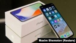 Смартфон iPhone X (Иллюстративное фото)