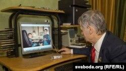 Мустафа Джэмілеў разглядае фота зь сямейнага архіву