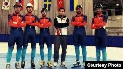 Артур Султангалиев (в центре), тренер сборной Турции по шорт-треку, вместе со своими спортсменами. Фото из личного архива Артура Султангалиева.