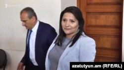 Նազիկ Ամիրյանը՝ գեներալ Մանվել Գրիգորյանի կինը դատարանում պատասխանում է լրագրողների հարցերին, 2-ը մայիսի, 2019թ.
