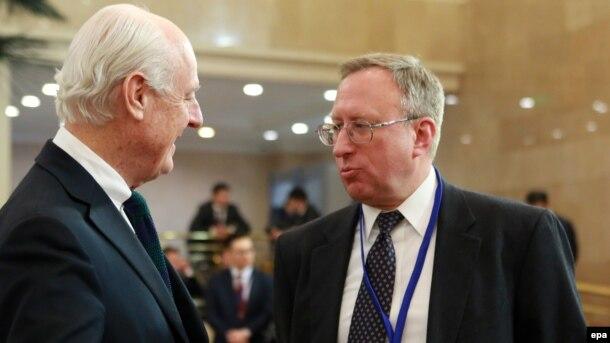 BMT-nin xüsusi elçisi Staffan de Mistura (solda) və ABŞ-ın Qazaxıstandakı səfiri George Krol