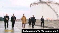Türkmenistanyň prezidenti Gurbanguly Berdimuhamedow Owadandepede gurulýan tebigy gazdan benzin öndürýän zawodyň gurluşyk işleri bilen tanyşdy, 10-njy ýanwar, 2018-nji ýyl.