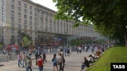Прогуливающиеся по Крещатику граждане смогут наблюдать за очередной революцией прямо из летних кафе