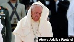 Папа зазвичай здійснює ритуал обмивання ніг в'язням у Страсний четвер, але він ніколи не виявляв схожого жесту до політичних лідерів