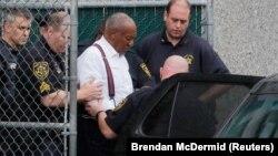 Билл Косбиді полиция сот үкім шығарғаннан кейін әкетіп барады. Пенсильвания, 25 қыркүйек 2018 жыл.
