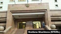 Білім және ғылым министрлігі ғимараты алдында пикет өткізіп тұрған Сания Зверева. Астана, 28 тамыз 2014 жыл.