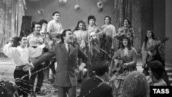Николай Сличенко поет на съемках телепередачи «Голубой огонек»