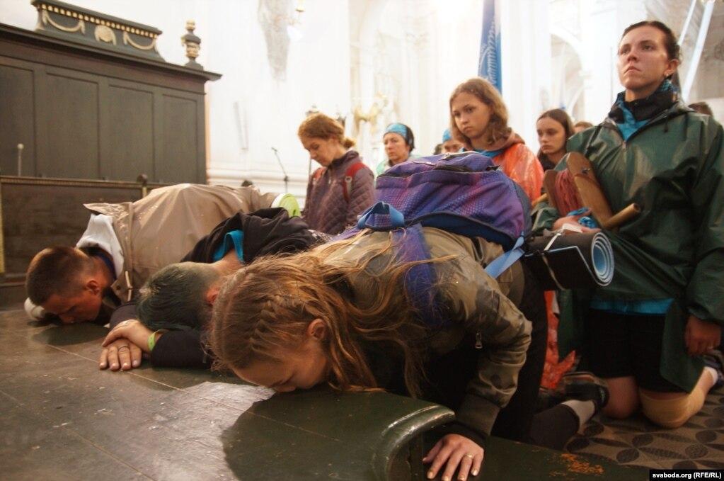Паломники составляют свои просьбы и благодарности перед иконой Божией Матери