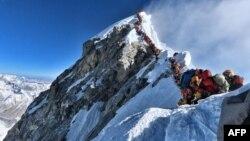 В очереди к пику Эвереста несколько сот альпинистов. Снимок сделан 22 мая 2019 года.