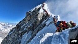 این عکس روز چهارشنبه هفته گذشته در راه قله اورست گرفته شده است