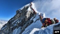 В очереди к пику Эвереста несколько сот альпинистов. Снимок сделан 22 мая 2019