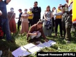 Активисты изучают документы