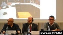 Юрій Луканов (НМПУ), Сергій Томіленко (НСЖУ) і Леон Морс (IREX)