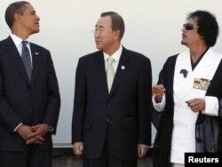 """Президент США Барак Обама, секретарь ООН Пан Ги Мун и Муаммар Каддафи - в бытность президентом Ливии - на саммите """"Большой восьмерки"""" в Италии. 10 июля 2009 года."""