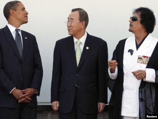 بان گی مون، دبیرکل سازمان ملل، در میان معمر قذافی (راست) و باراک اوباما