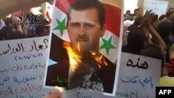 Протестующие в Дамаске сжигают портрет президента Сирии Башара Асада