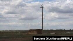 Электроопора в степи у села Амангельды. Костанайская область. Июнь 2015 года.
